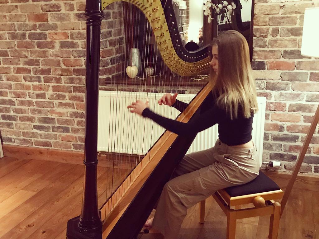 Olivia Harpist