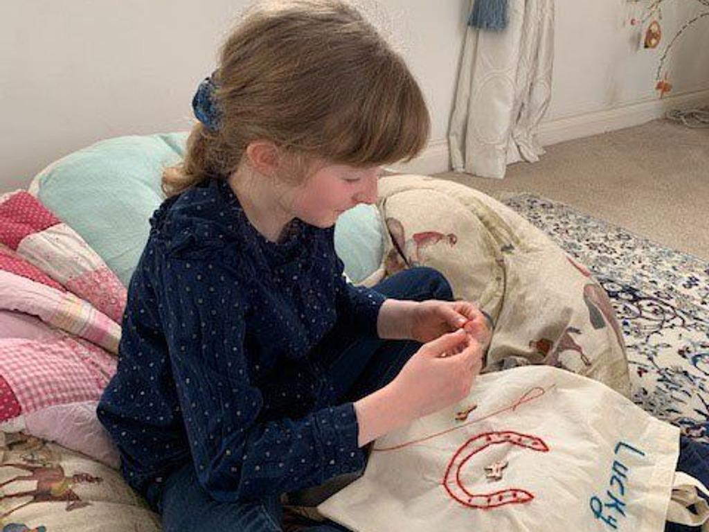 Eléa embellishing a tote bag